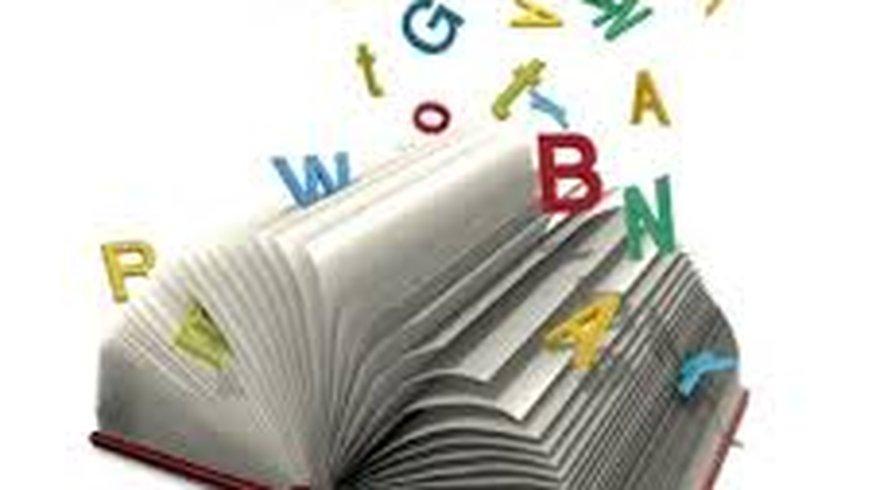 Buchstaben fliegen aus/in ein Buch
